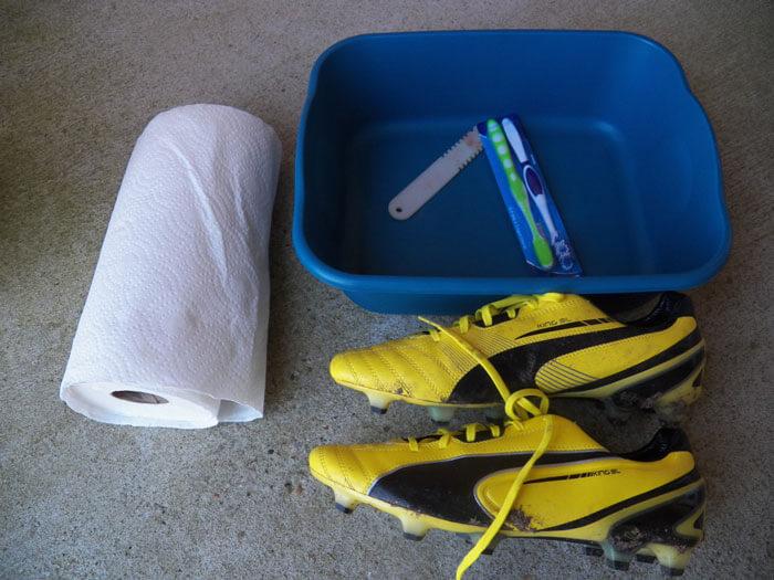 Chuẩn bị đầy đủ dụng cụ để giặt giày đá bóng