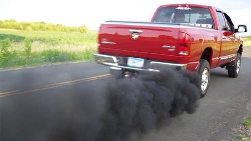 Ô tô nhả khói thải đen