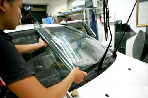 Kính lái cần sử dụng phim cách nhiệt có chất lượng tốt