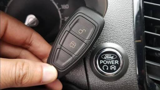Sử dụng chìa khóa hoặc nút ấn khởi động xe