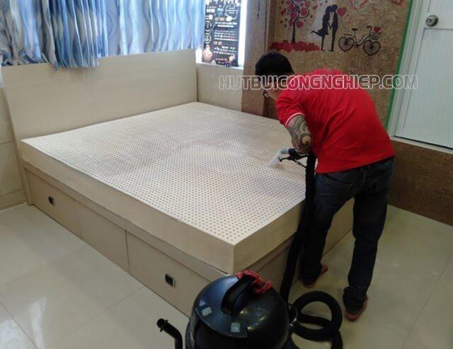 vệ sinh đệm kim đan bằng máy hút bụi giặt thảm
