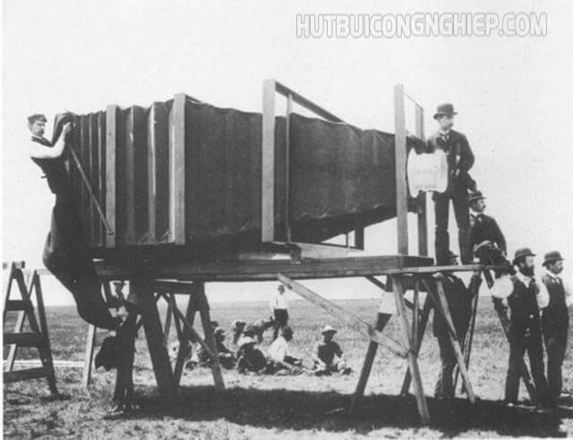 Máy ảnh đầu tiên trên thế giới ra đời khi nào?