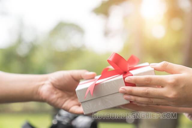 Dành tặng nhau những món quà nhỏ nhưng đầy ý nghĩa